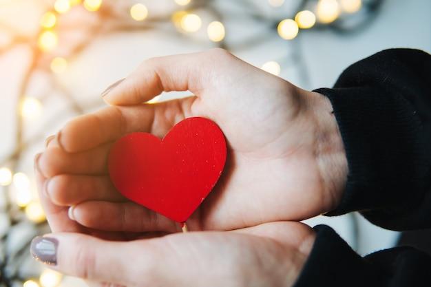 Fille Tenant Un Coeur Rouge Dans Les Mains Photo Premium
