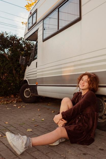 Fille De Tir Complet Posant Près De Van Photo gratuit
