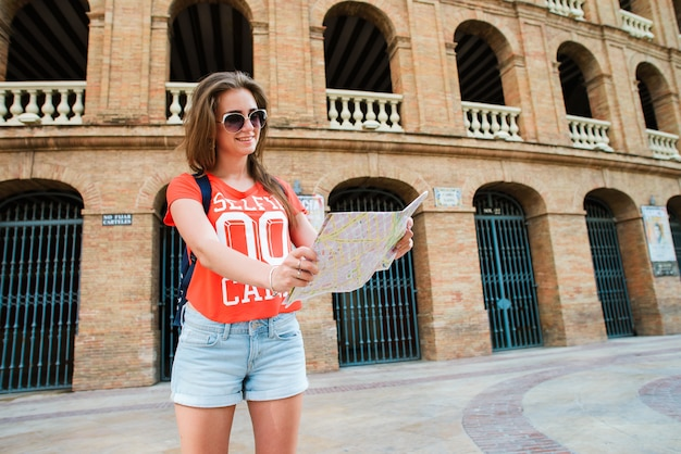 Fille touristique à la plaza del toros, une arène de corrida Photo Premium