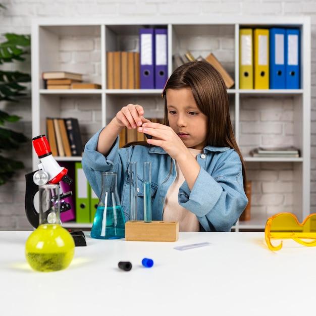 Fille Avec Tubes à Essai Et Microscope Photo Premium