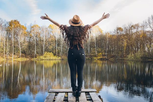 Fille sur un vieux pont en bois sur un lac Photo Premium