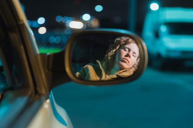 Fille en voiture la nuit Photo gratuit