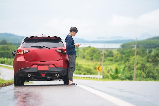 Une fille de voyage et une voiture sur la route Photo Premium