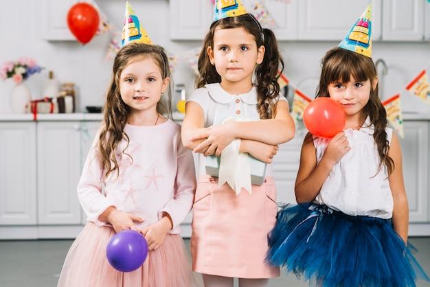 Filles, ballons, cadeau, debout, cuisine Photo gratuit