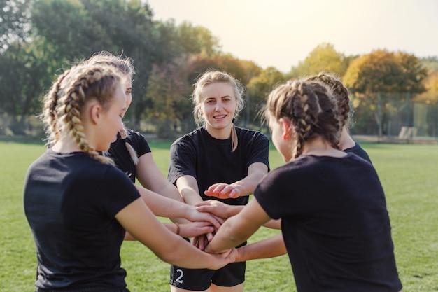 Filles blondes mettant les mains ensemble Photo gratuit