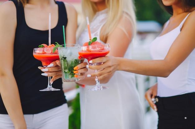 Filles Avec Des Cocktails Photo gratuit