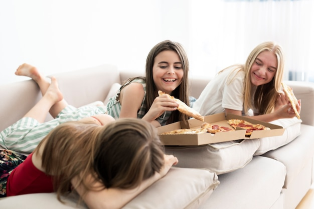 Filles, détente, maison, manger, pizza Photo gratuit