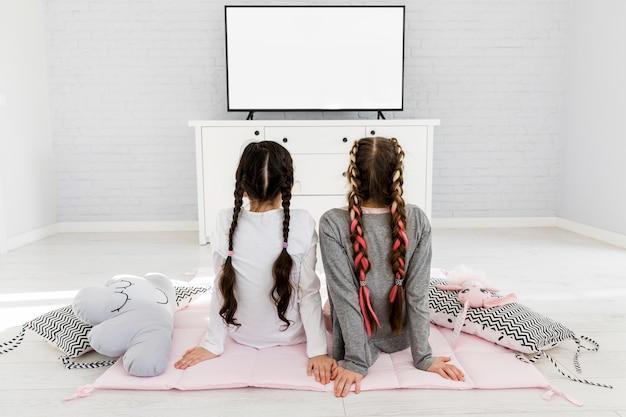 Filles devant la télé Photo gratuit