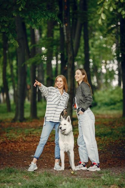 Filles élégantes et élégantes dans une forêt Photo gratuit
