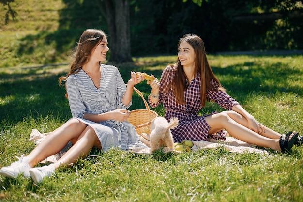 Filles élégantes et élégantes dans un parc de printemps Photo gratuit