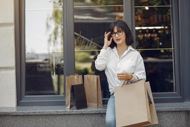 Filles élégantes et élégantes dans la rue avec des sacs à provisions Photo gratuit