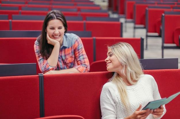 Filles étudiant Rire Pendant La Pause Photo gratuit