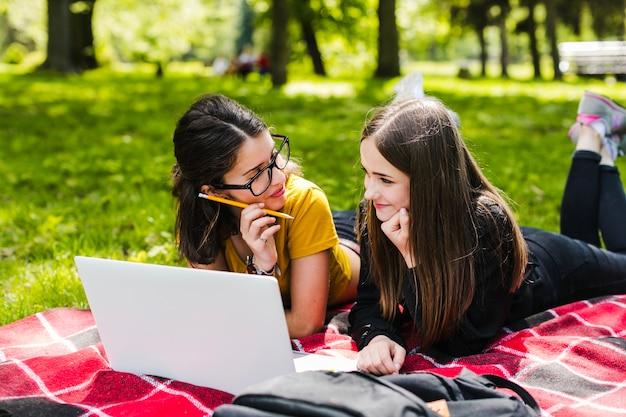Les filles étudient et se rendent dans le parc Photo gratuit