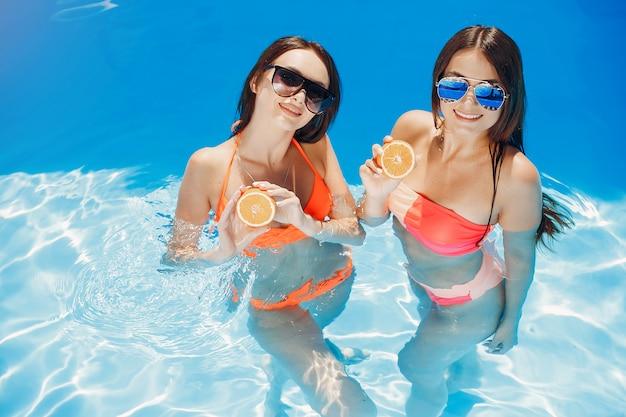 Filles à la fête de l'été dans la piscine Photo gratuit