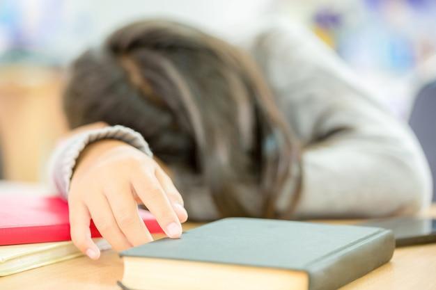 Les filles font la sieste en lisant des livres Photo gratuit