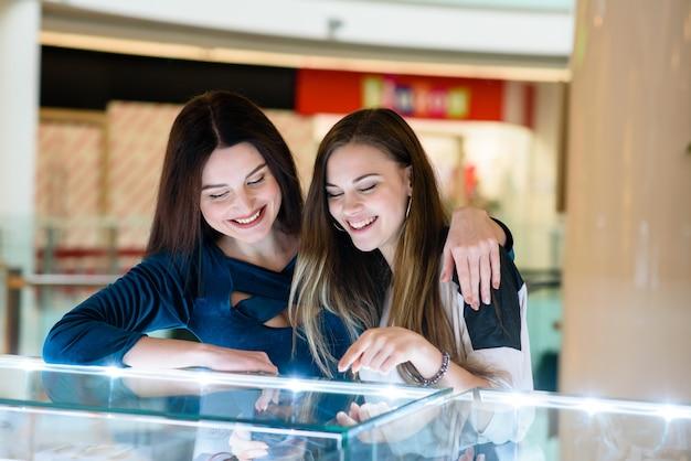Des filles heureuses font leurs courses au centre commercial. Photo Premium
