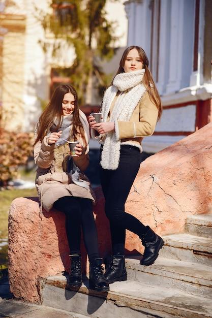 Filles heureux dans une ville d'hiver Photo gratuit