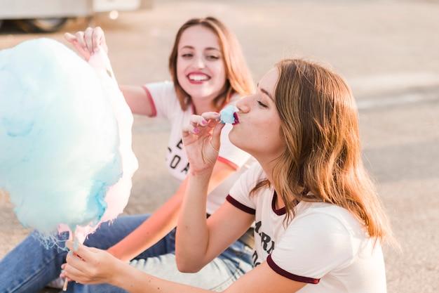 Filles heureux s'amuser dans le parc d'attractions Photo gratuit