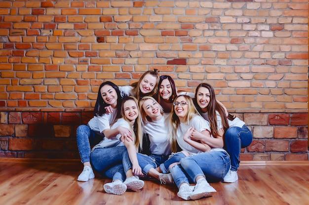 Filles en jeans au fond du mur de briques Photo Premium