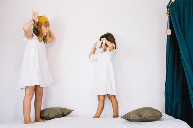 Filles Jouant Au Photographe Et à La Princesse Photo gratuit