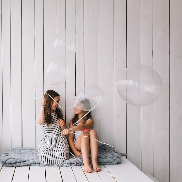 Filles jouant avec des ballons sur la couverture Photo gratuit
