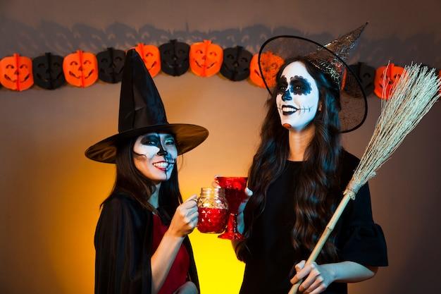 Filles lors d'une fête d'halloween Photo gratuit