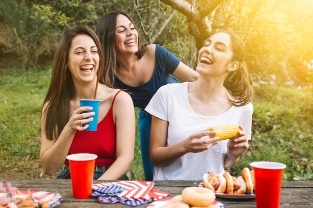 Filles mangeant dehors Photo gratuit