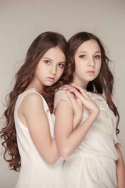 Les Filles De La Mode Debout Ensemble Et Posant Photo gratuit