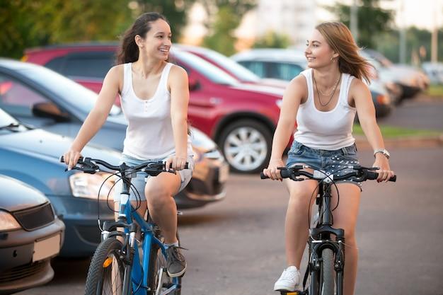 Les filles montées vélo Photo gratuit
