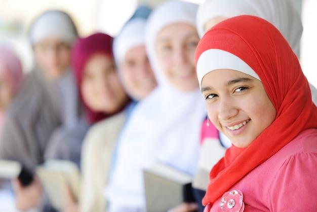 Filles musulmanes et arabes apprennent ensemble dans le groupe Photo Premium