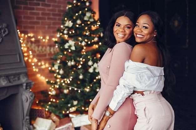 Filles Noires élégantes Dans Les Décorations De Noël Photo gratuit
