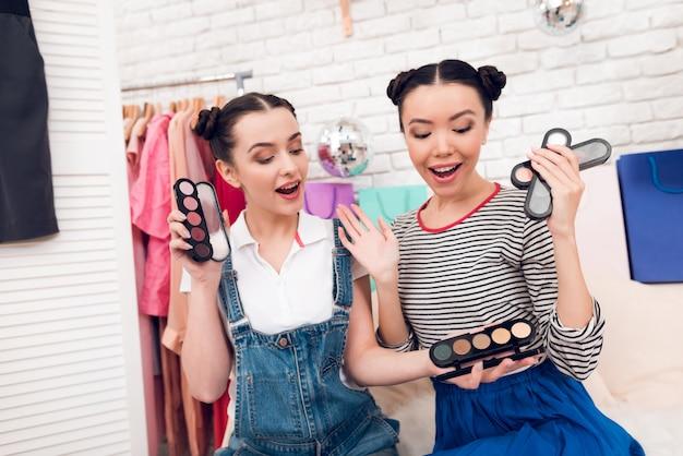 Les filles portent des ombres à paupières colorées devant la caméra Photo Premium