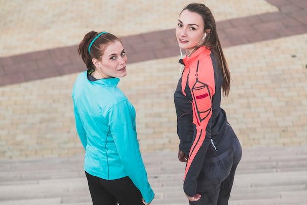 Les Filles Posant Dans Des Vêtements De Sport Photo gratuit