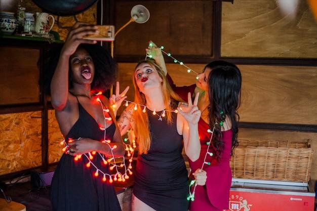Les filles posent à la fête nocturne Photo gratuit