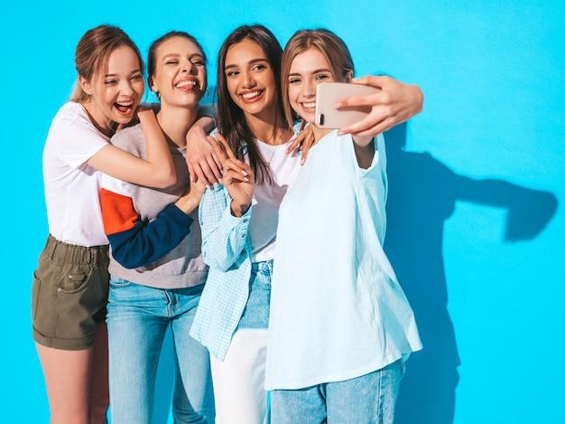 Filles, Prendre, Selfie, Autoportrait, Photos, Sur, Smartphone., Modèles, Poser, Près, Mur Bleu, Dans, Studio, Femme, Projection, Positif, Figure, émotions Photo gratuit
