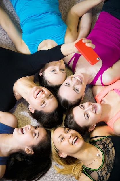 Les filles prennent un selfie dans le centre de remise en forme Photo gratuit