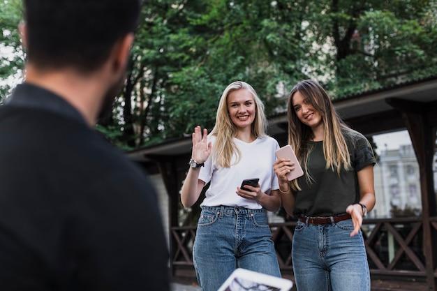 Filles Rencontrant Un Ami Et Disant Bonjour Photo gratuit