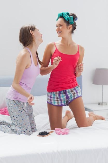 Filles s'amusant à la soirée pyjama Photo Premium