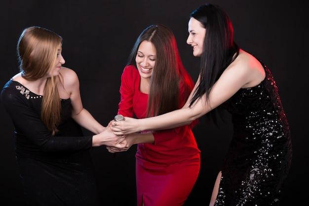 Les filles se battent pour le microphone Photo gratuit