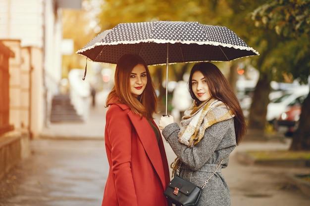 Les Filles Se Promènent. Femmes Avec Parapluie. Dame Dans Un Manteau. Photo gratuit