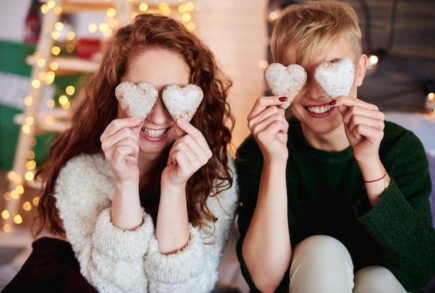 Filles Tenant Des Biscuits En Pain D'épice En Forme De Coeur Photo gratuit