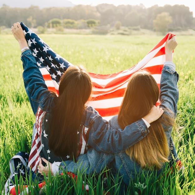 Filles tenant le drapeau américain Photo gratuit