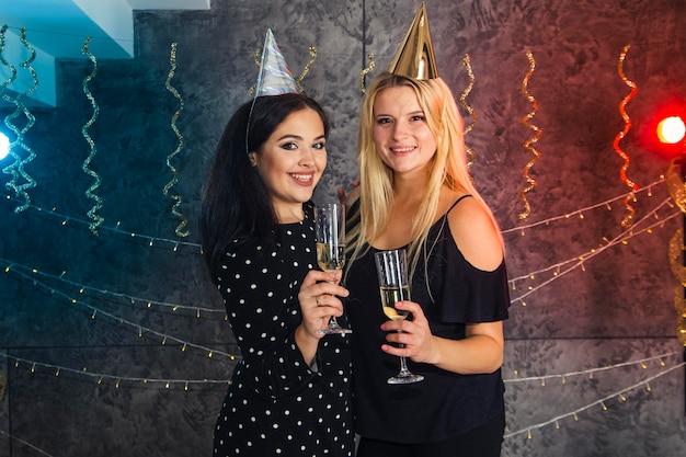 Filles Avec Verre De Champagne Le Soir Du Nouvel An Photo gratuit