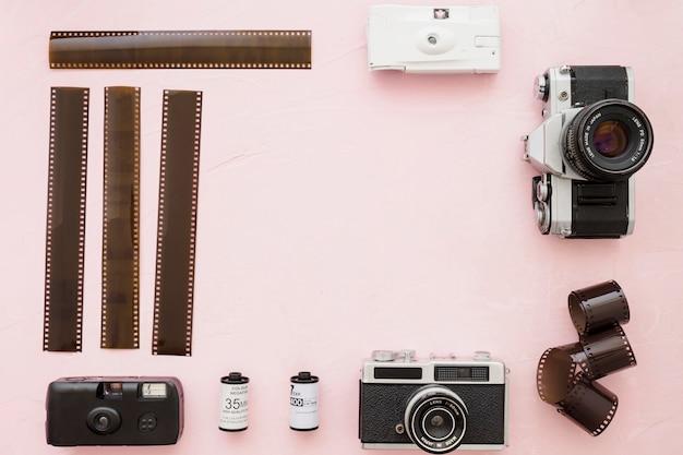 Film photographique et caméras sur fond rose Photo gratuit