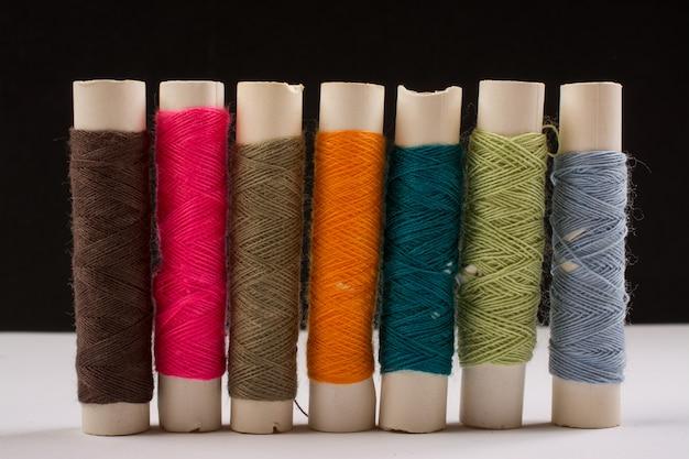 Fils De Coton Colorés En Rouleaux Pour La Couture. Bobines De Fil Utilisées Dans L'industrie Textile Et Textile Photo Premium