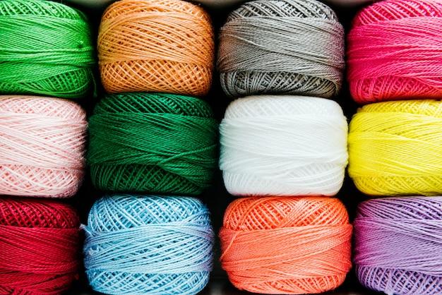 Fils de couture gros plan multicolore Photo gratuit