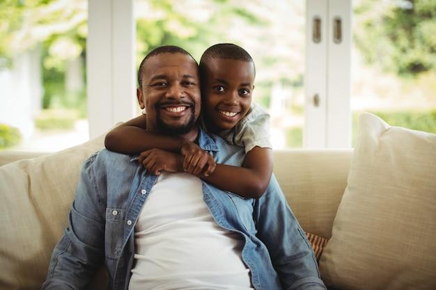 Fils Embrassant Son Père à La Maison Photo Premium