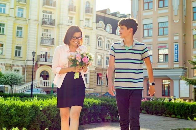 Le fils a félicité sa mère Photo Premium