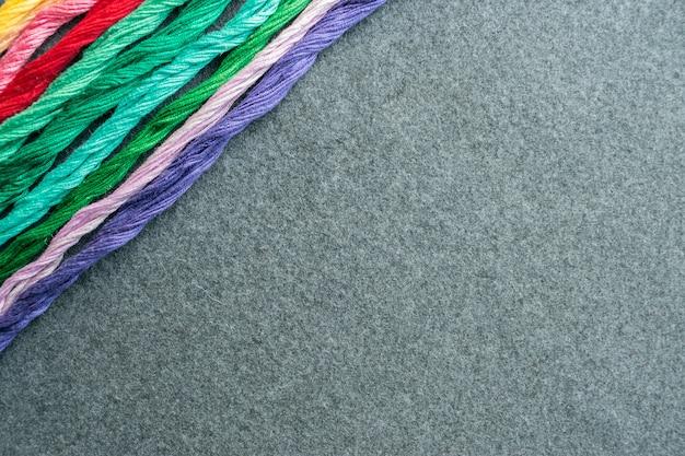 Fils de fil à broder multicolores brillants Photo Premium