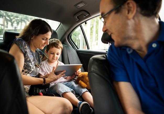 Fils et maman à l'aide d'une tablette sur la voiture Photo Premium